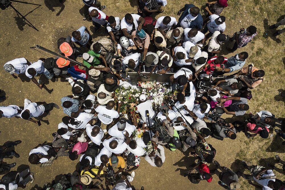 Representantes da mídia reúnem-se em torno de apoiadores do presidente assassinado Jovenel Moïse, no Haiti