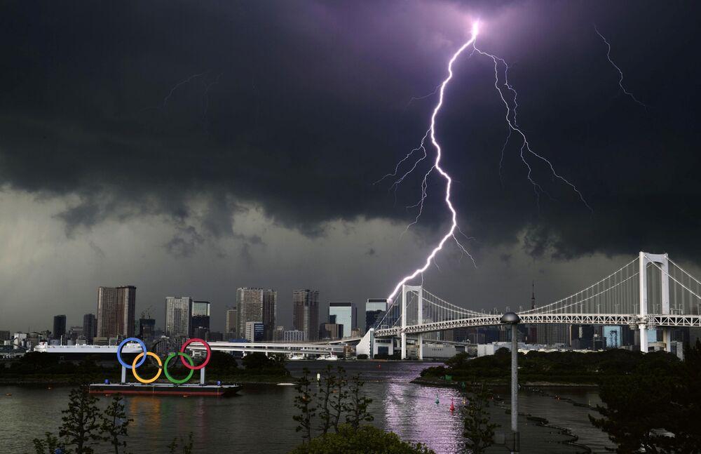 Relâmpago sobre a Rainbow Bridge em Tóquio, Japão