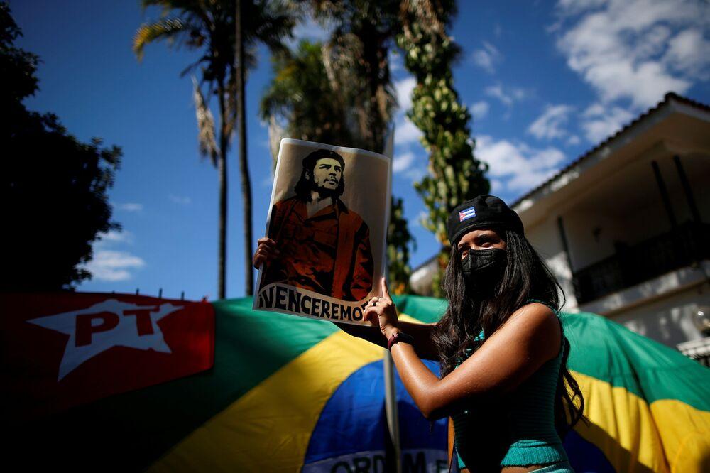Apoiadora do governo cubano protesta em frente da Embaixada de Cuba em Brasília, 14 de julho de 2021