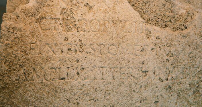 Monólito descoberto durante escavações no centro histórico de Roma, erguido no ano 49 d.C., durante o reinado do imperador Cláudio