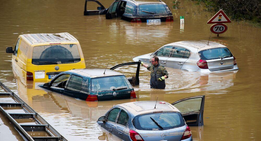 Membro das forças da Bundeswehr, cercado por carros parcialmente submersos, percorre zona afetada pela enchente em Erftstadt-Blessem, Alemanha, 17 de julho de 2021