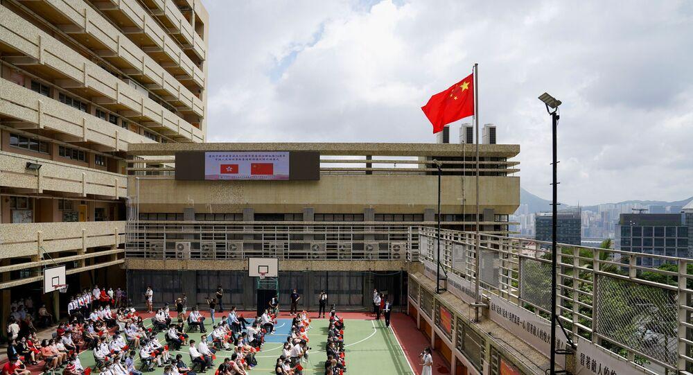 Bandeira nacional da China durante assembleia escolar para assinalar o 24º aniversário da reintegração de Hong Kong à China e o 100º aniversário da fundação do Partido Comunista Chinês, em Hong Kong, China, 1º de julho de 2021