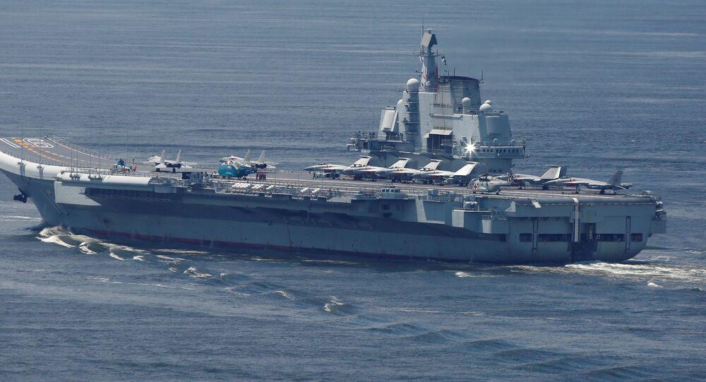 Liaoning, porta-aviões chinês, zarpando de Hong Kong, China, 11 de julho de 2017