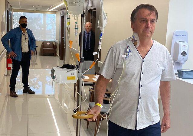 Presidente Jair Bolsonaro caminha pelos corredores do hospital Vila Nova Star, em São Paulo, Brasil