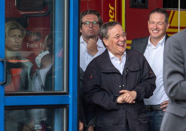 Armin Laschet, líder da União Democrata Cristã e primeiro-ministro estadual da Renânia do Norte-Vestfália, ri enquanto Frank-Walter Steinmeier, presidente alemão (fora da foto), faz um discurso durante visita a Erftstadt, Alemanha, 17 de julho de 2021