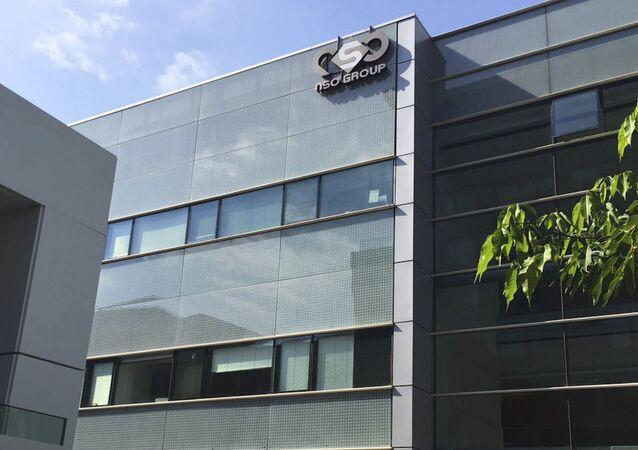 Logotipo da empresa israelense NSO Group no prédio em que tinha escritórios, em Herzliya, Israel (foto de arquivo)