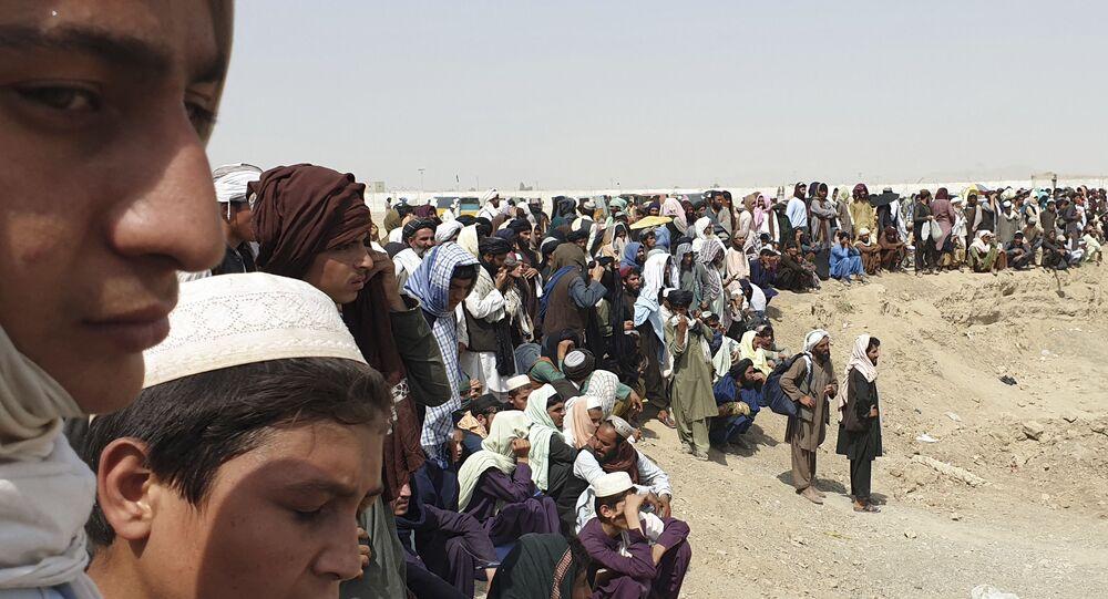 Pessoas perto de uma fronteira entre o Afeganistão e o Paquistão em Chaman, 15 de julho de 2021
