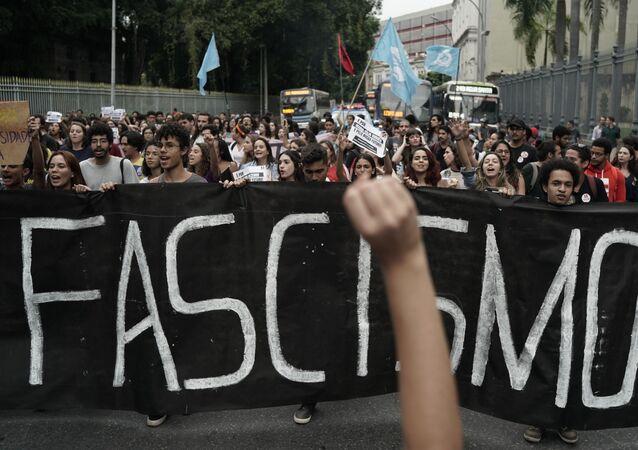 Estudantes da Universidade Federal do Rio de Janeiro seguram faixa durante protesto. Foto de arquivo