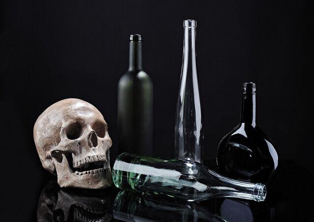 Esqueleto com garrafas