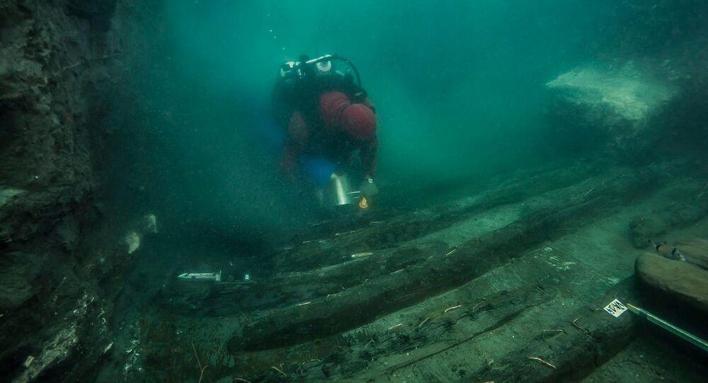 Um mergulhador examina os restos de um antigo navio militar descoberto na cidade submersa do Mediterrâneo, na costa de Alexandria, Egito