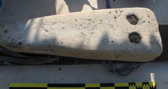 Fragmento dos restos de um antigo navio militar descoberto em cidade submersa no Egito