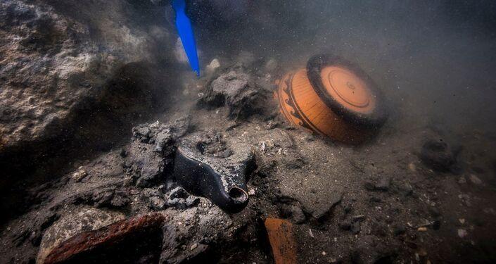 Restos de um antigo navio militar descoberto em cidade submersa do Egito
