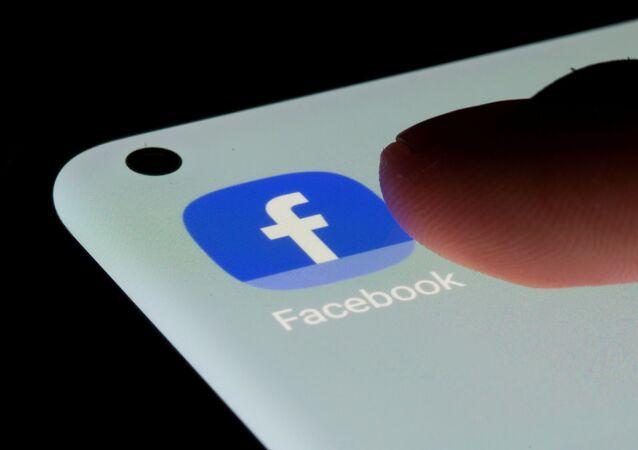 Aplicativo do Facebook em um smartphone em 13 de julho de 2021