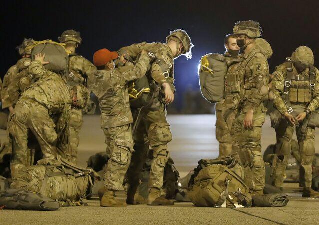 Paraquedistas da 173ª Brigada Aérea do Exército dos EUA se preparam para embarcar em aeronave em Papa, Hungria, 11 de maio de 2021