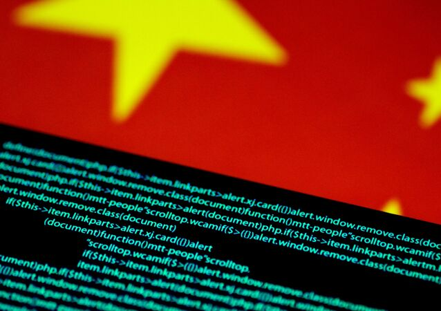 Código de computador é visto em uma tela acima de uma bandeira da China em 12 de julho de 2017