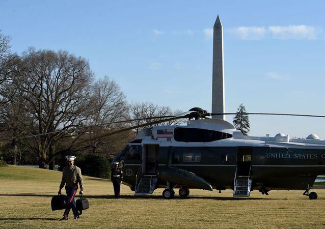 Assistente militar leva a maleta nuclear com o equipamento e os códigos para o presidente dos EUA, Joe Biden