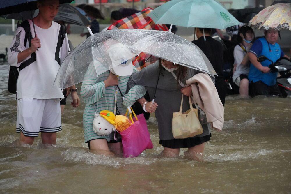 Residentes em meio às chuvas fortes em Zhengzhou, província de Henan, China, 20 de julho de 2021