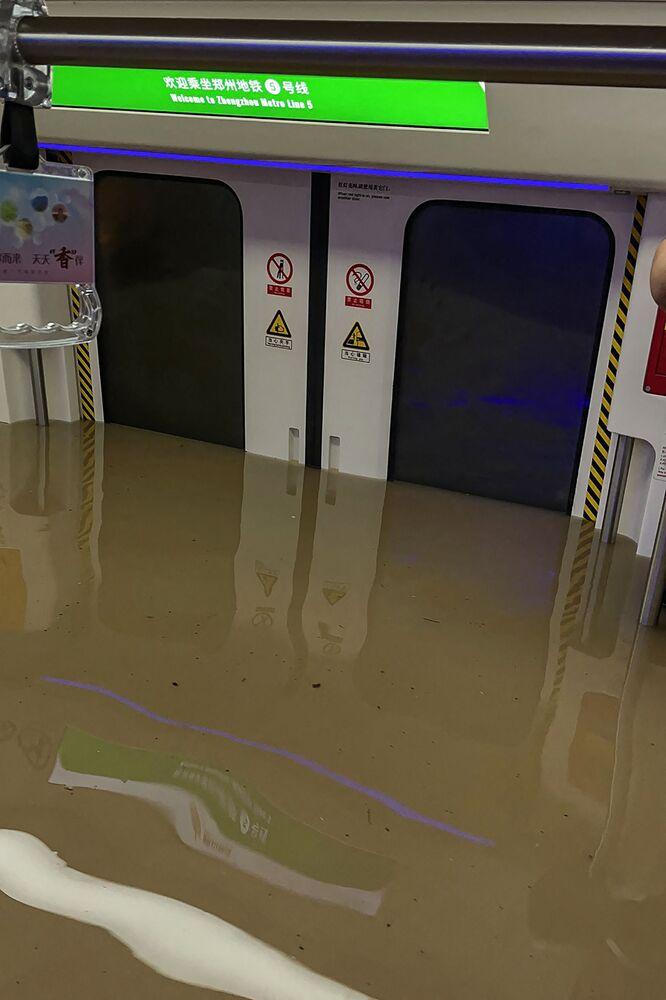 Vagão do metrô semisubmerso em Zhengzhou, província de Henan, China, 20 de julho de 2021