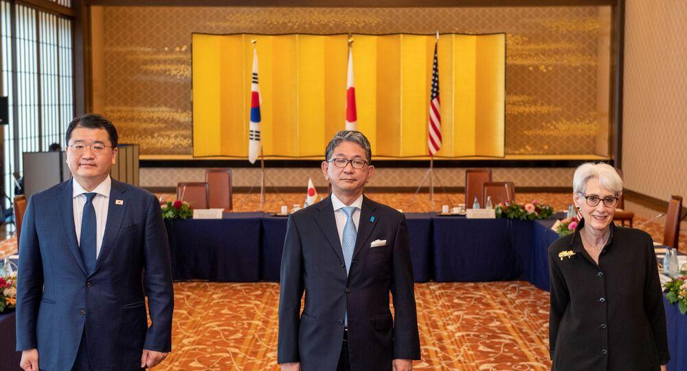 Vice-chanceler do Japão, Takeo Mori, primeiro vice-chanceler da Coreia do Sul, Choi Jong-kun, e a vice-secretária dos EUA, Wendy Sherman, antes da reunião trilateral em Tóquio, 21 de julho de 2021