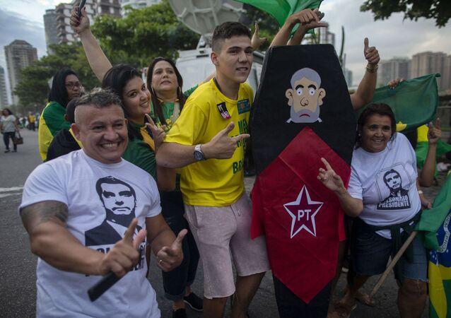 Apoiadores de Jair Bolsonaro são fotografados retratados com um caixão representando o ex-presidente Lula, no Rio de Janeiro, Brasil, em 28 de outubro de 2018