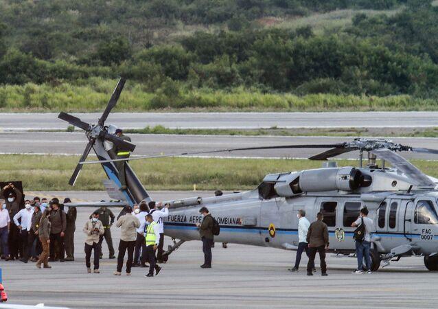 O presidente da Colômbia, Iván Duque, caminha cercado por guarda-costas perto do helicóptero presidencial em Cúcuta, Colômbia, em 25 de junho de 2021