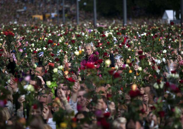 Várias pessoas se juntam para participar da marcha das rosas, em memória das vítimas do ataque terrorista em 22 de julho de 2011, em Oslo, na Noruega