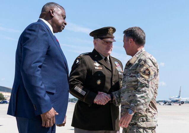 Chefe do Estado-Maior Conjunto dos EUA, general Mark Milley (no centro), general Austin Scott Miller, ex-comandante-chefe dos EUA no Afeganistão e secretário de Defesa Lloyd Austin (à esquerda) na Base de Andrews da Força Aérea dos EUA, Estados Unidos, 14 de julho de 2021