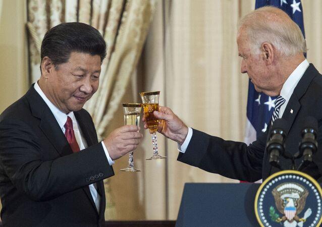 O então vice-presidente dos EUA Joe Biden e o presidente chinês Xi Jinping brindam durante almoço, em 25 de setembro de 2015, em Washington, DC