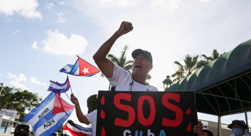 Imigrantes com bandeiras cubanas apoiando os protestos em Cuba, Miami, EUA, 18 de julho de 2021