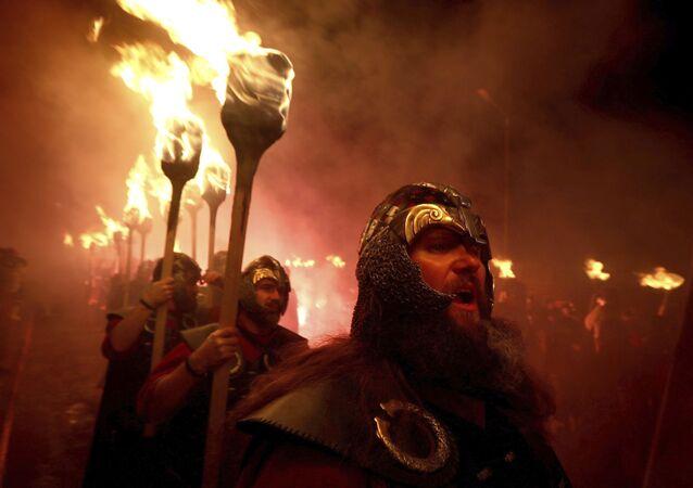 Participantes do festival Viking na Escócia