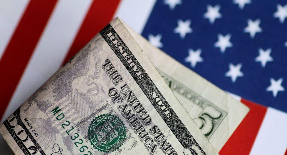 Nota de dólar na bandeira americana (imagem referencial)