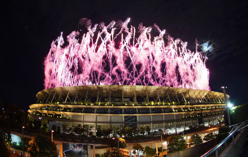 Fogos de artifício no Estádio Olímpico Nacional na cerimônia de abertura da 32ª edição dos Jogos Olímpicos de Verão em Tóquio