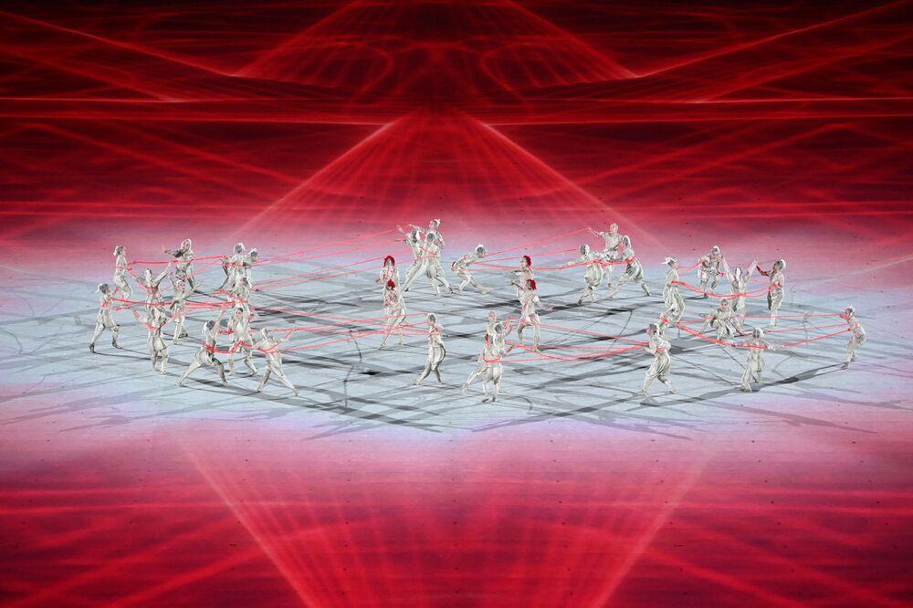 Dançarinos se apresentam durante a cerimônia de abertura dos Jogos Olímpicos de Tóquio 2020, em 23 de julho de 2021