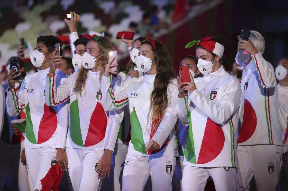 A delegação italiana durante o desfile da tradicional cerimônia de abertura no Estádio Olímpico dos Jogos Olímpicos de Verão de 2020, no Japão