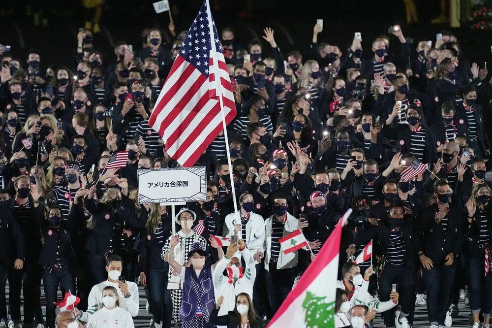 Atletas dos EUA caminham durante a cerimônia de abertura no Estádio Olímpico nesta sexta-feira (23), no Japão