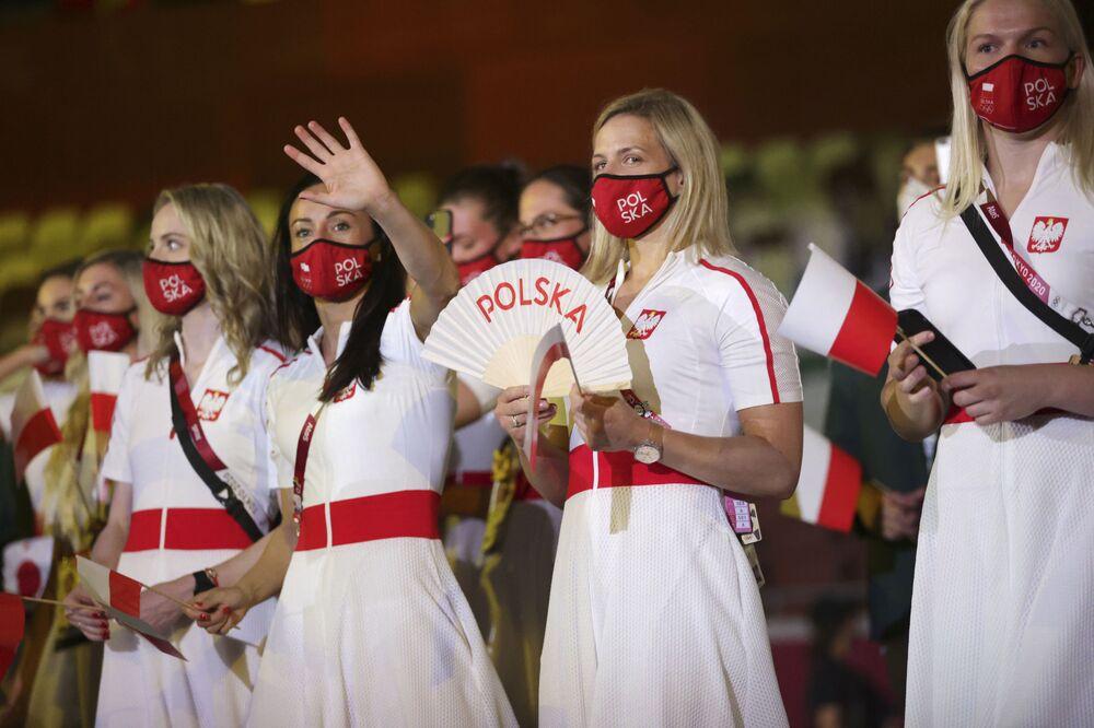 Membros da comitiva da Polônia participam da cerimônia de abertura no Estádio Olímpico de Tóquio, no Japão