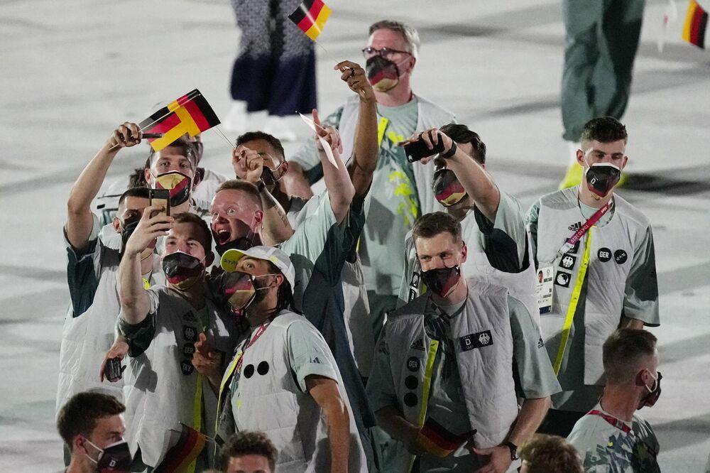 Atletas da Alemanha caminham durante a cerimônia de abertura no Estádio Olímpico dos Jogos Olímpicos de Verão de 2020