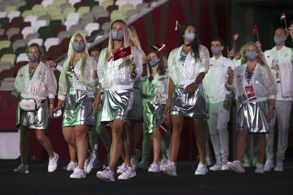 A comitiva da Letônia desfila no Estádio Olímpico dos Jogos Olímpicos de Verão de 2020 durante a cerimônia de abertura