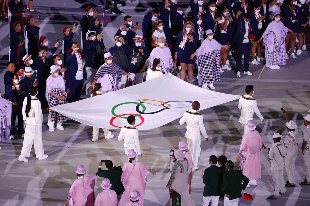 A bandeira dos Jogos Olímpicos é carregada durante a cerimônia de abertura, nesta sexta-feira (23)