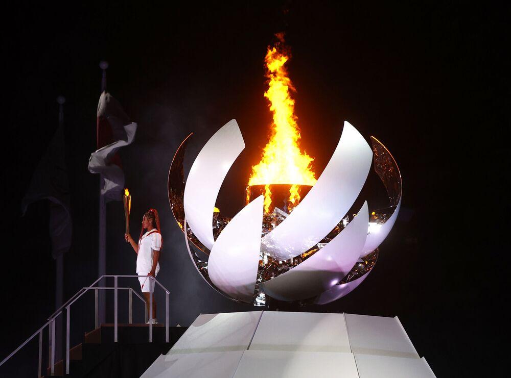 Naomi Osaka, do Japão, segura a tocha olímpica após acender a pira olímpica na cerimônia de abertura