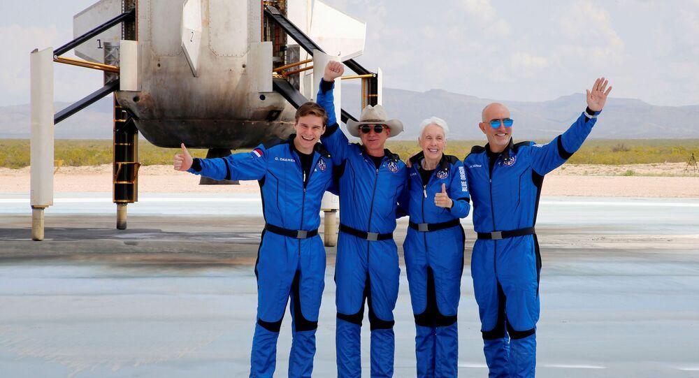 Oliver Daemen, Jeff Bezos, Wally Funk e Mark Bezos posam na pista de pouso após voo ao espaço, Texas, EUA, 20 de julho de 2021