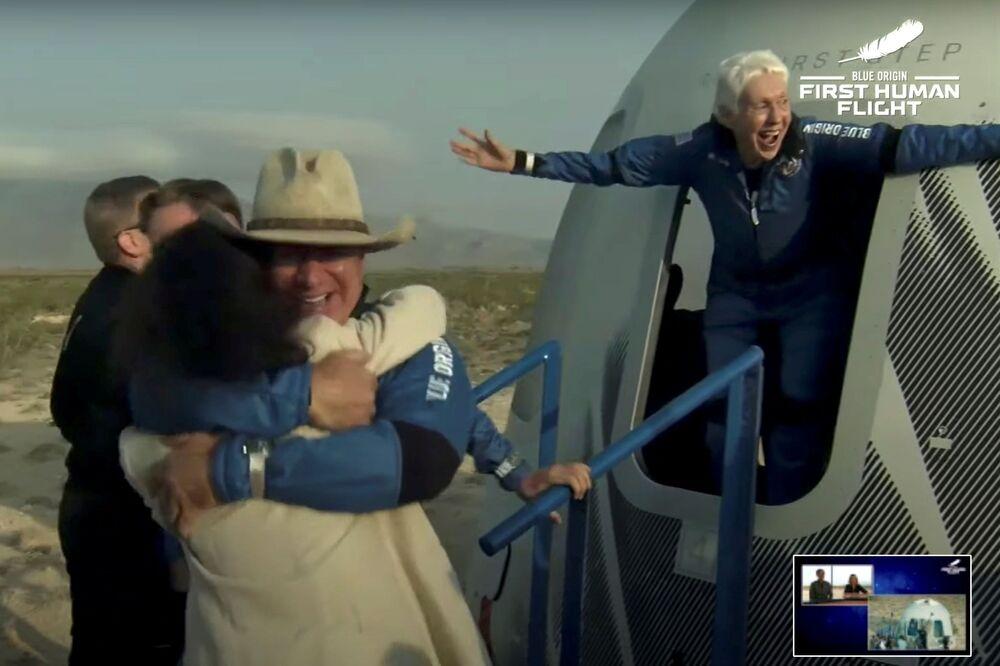 Bilionário Jeff Bezos e ex-piloto Wally Funk saem de sua cápsula após viagem ao espaço no foguete New Shepard da Blue Origin, Texas, EUA, 20 de julho de 2021