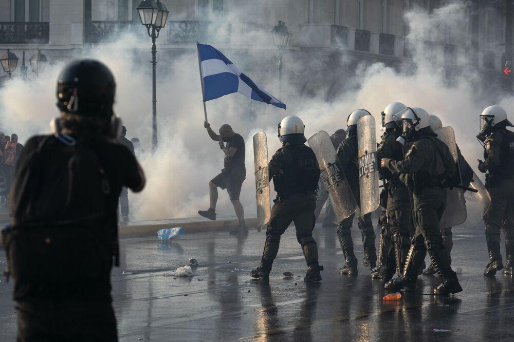 Polícia grega usa gás lacrimogênio durante os protestos contra a vacinação em Atenas, Grécia, 21 de julho de 2021