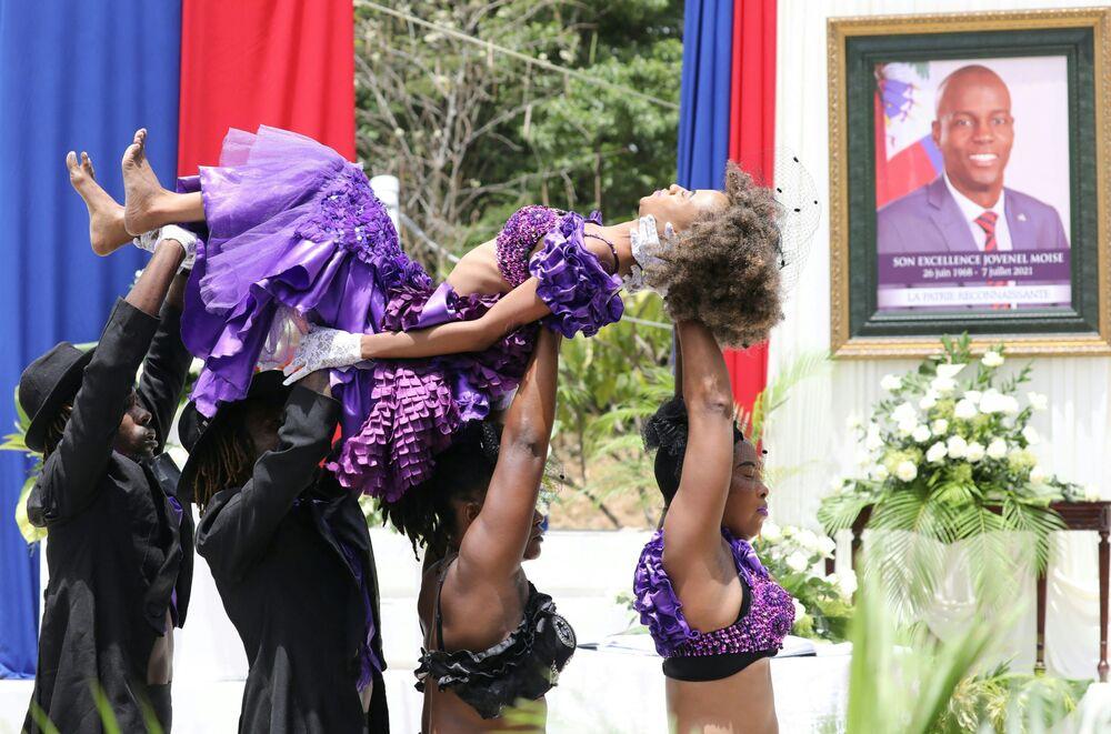 Dançarinos haitianos atuam na cerimônia em honra do presidente assassinado Jovenel Moïse, em Porto Príncipe, Haiti, 20 de julho de 2021