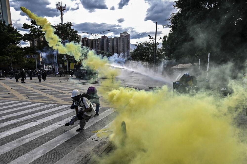 Manifestantes entram em conflito com a polícia de choque durantes os protestos antigovernamentais contra o presidente Iván Duque, em Medelín, Colômbia, 20 de julho de 2021