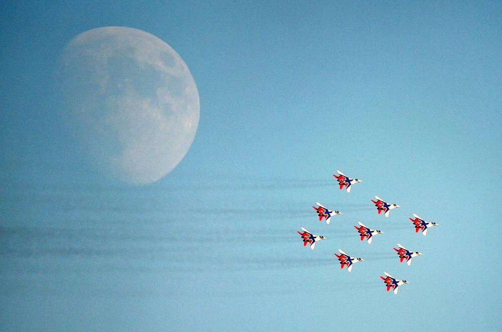 Esquadrilha acrobática Strizhi em aviões MiG-29 participando do Salão Aeroespacial Internacional MAKS 2021, na Rússia