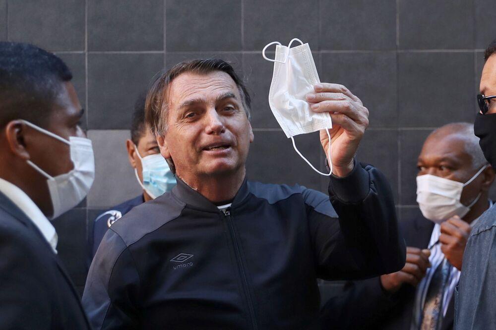 Presidente do Brasil Jair Bolsonaro deixando o hospital Vila Nova Star em São Paulo, onde esteve internado por obstrução intestinal, 18 de julho de 2021