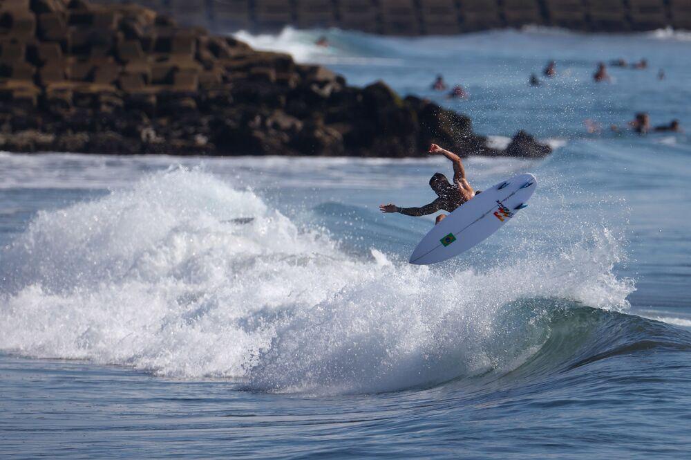 Surfista brasileiro Ítalo Ferreira treinando antes da competição nos Jogos Olímpicos de Tóquio 2020, 24 de julho de 2021