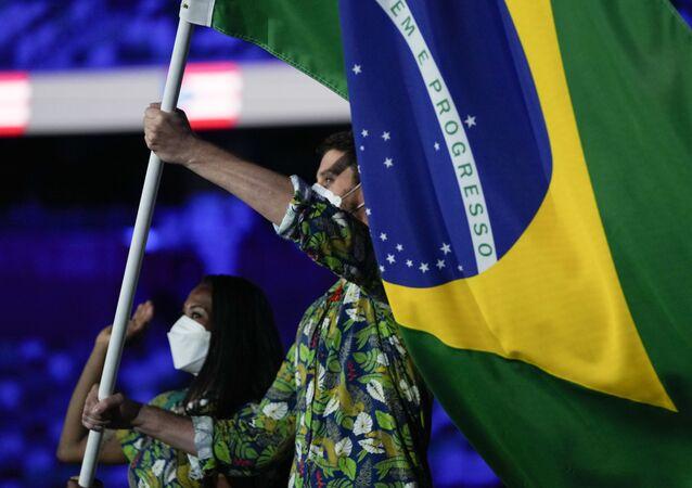 Porta-bandeiras Bruno Mossa Rezende e Ketleyn Quadros representando a time do Brasil na abertura dos Jogos Olímpicos de Tóquio 2020, 23 de julho de 2021