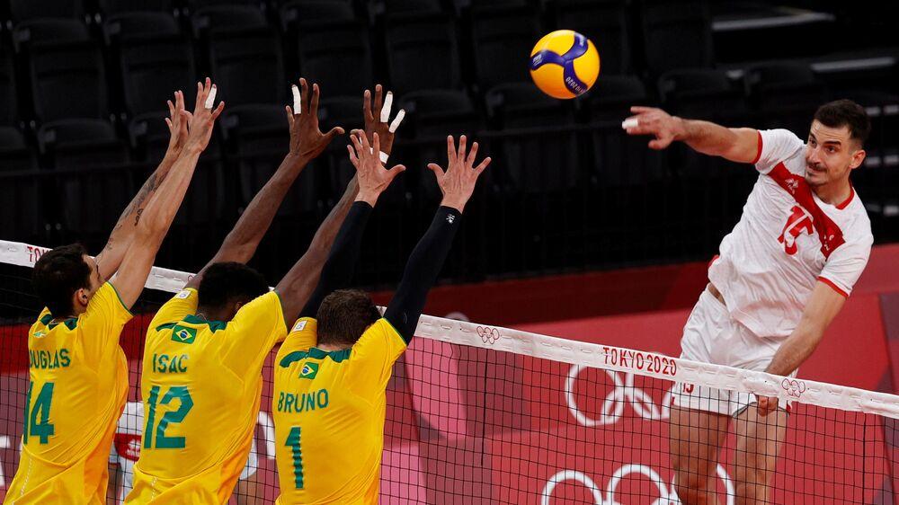 Time de vôlei do Brasil jogando contra a Tunísia nos Jogos Olímpicos de Tóquio 2020, 24 de julho de 2021